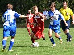 Fotbalisté Sapeli Polná (v modrém) v sobotu zajíždí do Bystřice nad Pernštejnem. Bude slavit úspěch domácí mládí, nebo hostující zkušenosti?