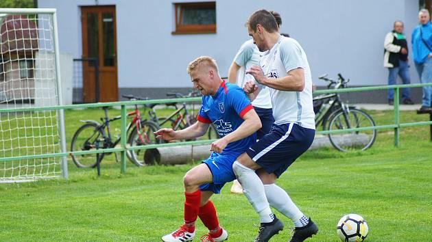 Hodně bláznivý zápas sehráli fotbalisté Radešínské Svratky (v modrých dresech) v neděli na hřišti Rapotic.