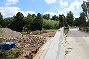 Řidiči po silnici I/19 u Bystřice jezdí po mostním provizoriu, kolem se staví.