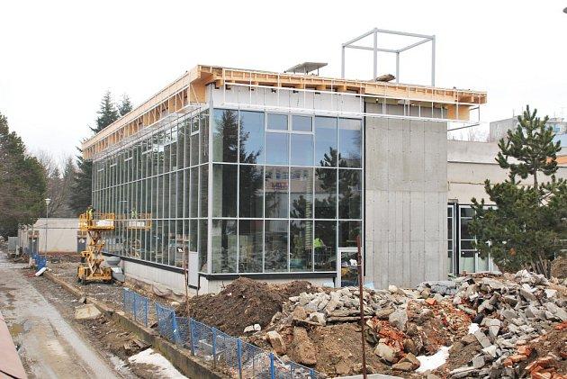 Přestavba žďárského bazénu začala v zimě 2011. Zkomplikovaly ji spodní vody pod povrchem a nutnost opatření stavby novou hydroizolací. Poté se vyskytly potíže i s nekvalitním starým betonem. To akci prodražilo o zhruba 12 milionů. Celkové náklady by měly