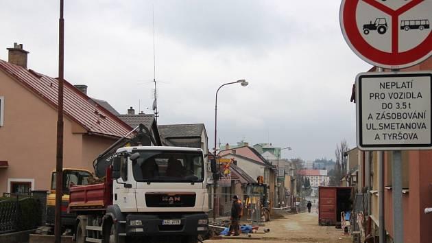 Ve Smetanově ulici probíhá oprava kanalizace. Po ní se přistoupí k rekonstrukci povrchu silnice.