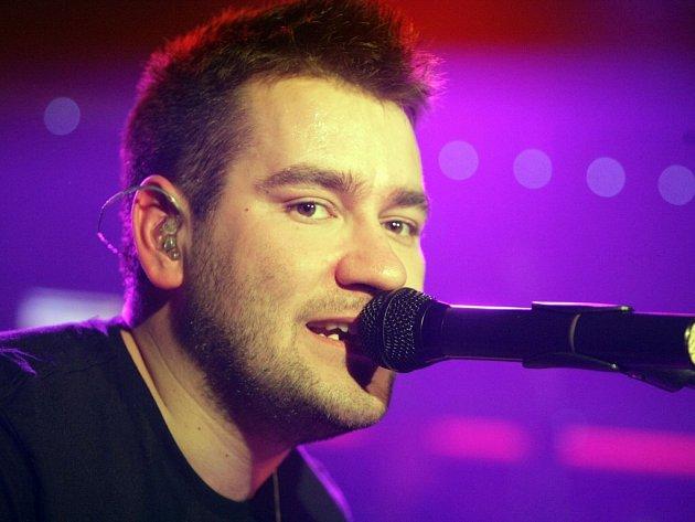 Ztracený se v showbusinessu se začal výrazněji prosazovat na jaře 2008, kdy jeho první singl Ztrácíš do svého playlistu nasadila Evropa 2. Z neznámého singlu se rázem stal hit.