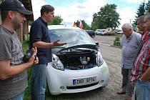 Při objíždění celé České republiky se elektromobil zastavil také na Žďársku, konkrétně na ranči v Hamrech nad Sázavou.