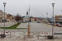 Horní část náměstí před bývalým městským úřadem chce radnice převzít ještě před kolaudací. Parkoviště před hotelem U labutě tak má být v provozu už první týden v prosinci.