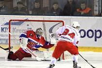LÍDR PRODUKTIVITY. Útočník Tomáš Střecha (v bílém) byl nejproduktivnějším mužem hokejistů Žďáru nad Sázavou v základní části letošního ročníku II. ligy – skupiny Střed. V 36 zápasech nasbíral 31 kanadských bodů za šestnáct branek a patnáct asistencí.