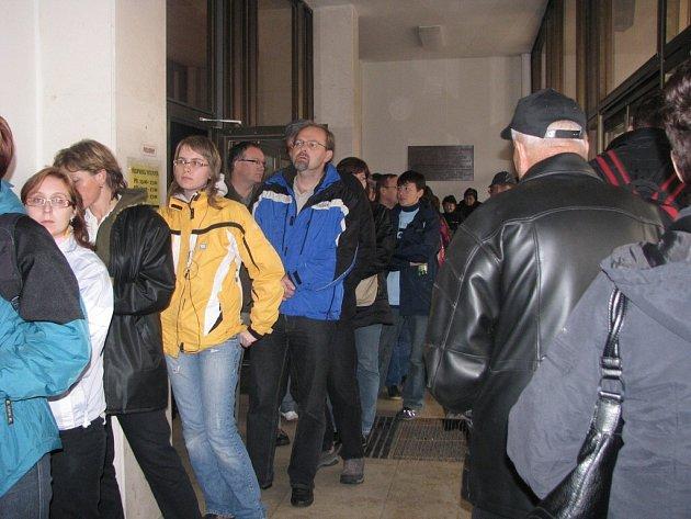 Lidé stojící frontu na lístky na koncert Jarka Nohavici