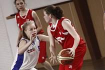 Za sobotní výhrou extraligových mladších dorostenek Žďáru (v bílém Lucie Kopicová) v Karlových Varech stála hlavně pevná obrana.