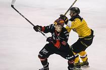Do čtvrtfinále play-off půjde Žďár (v černém) z druhého místa, Moravské Budějovice (ve žlutém) z třetího.