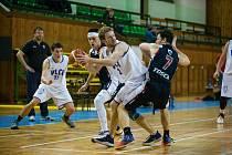 O osudu nedělního utkání basketbalistů Žďáru (v bílem) s Kroměříží (v černém) bylo rozhodnuto už v jeho polovině, kdy domácí Vlci vedli již 43:26.