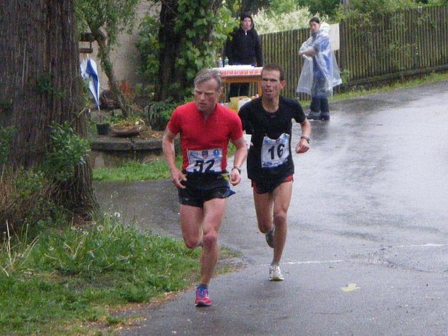 Letošního běhu Bystřickem kolem Vírské přehrady se i přes rozmary počasí zúčastnilo 50 běžců.