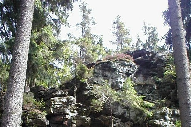 Přírodní památka Čertův kámen je součástí naučné stezky Žákova hora – Tisůvka.