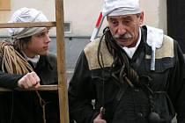 Kominického mistra Dýmala, u něhož je Tomáš v učení, v pohádce hraje Pavel Zedníček.