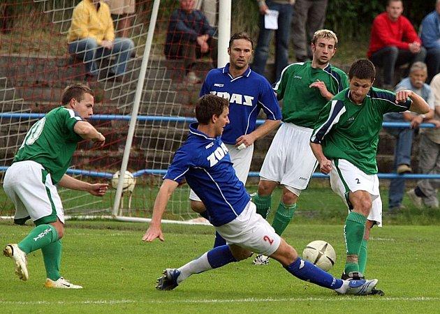 Ač měli fotbalisté Žďáru (v modrém) na jaře skvělý finiš, postup do MSFL jim o vlásek unikl.