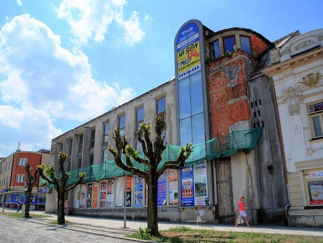 BÍLÝ LEV. Do dvou měsíců má zchátralý hotel zmizet z centra Žďáru nad Sázavou. V anketě Deníku o nejohyzdnější budovu na Vysočině Bílý lev u čtenářů dokonce zvítězil.