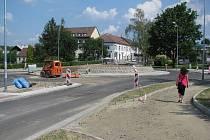 Budoucí kruhový objezd nedaleko parku U Ivana.