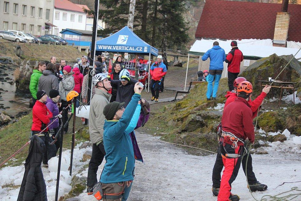 Vírská ledová stěna je v zimě oblíbeným cílem horolezců.