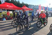 Z novoměstské Vysočina Areny vyrazil i speciální peloton cyklistů na elektrokolech. Ti od pátku do neděle najeli kolem 180 kilometrů.