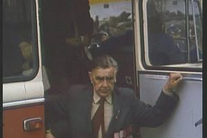 Významný činitel part. brigády M. J. Hus Václav Ježek, od poloviny prosince 1944 předseda okresního revolučního národního výboru ve Žďáře nad Sázavou přijíždí na Cikháj.