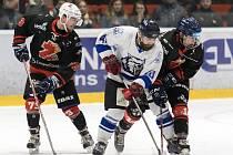 Hokejové Plameny (v černém) držely v letošním play-off neporazitelnost až do včerejšího večera, kdy ve druhém semifinálovém utkání podlehly Jablonci (v bílém).