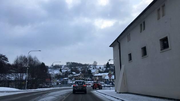 Sníh zkomplikoval ve čtvrtek ráno dopravu na Žďársku