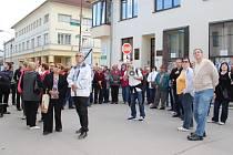 Přes padesát lidí se se zájem nechalo provést celou žďárskou Nádražní ulicí. Historik Miloslav Lopaur (s megafonem) vyprávěl spoustu zajímavostí z historie ulice.