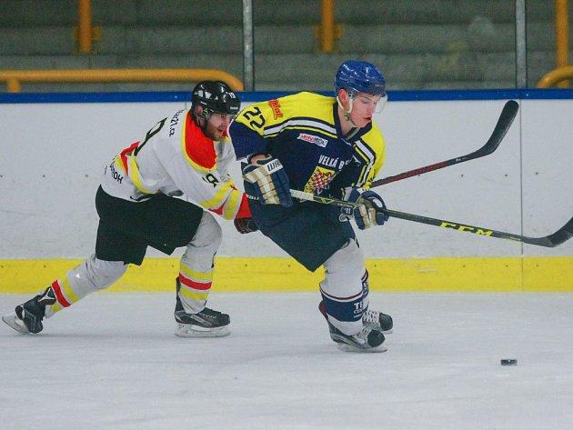 Hokejisté Velké Bíteše (v modrém) vyšli v prvním utkání semifinálové série proti rivalovi z Velkého Meziříčí gólově naprázdno. Vítěz základní části letošního ročníku Krajské ligy jižní Moravy a Zlínska tak v sérii vede 1:0.