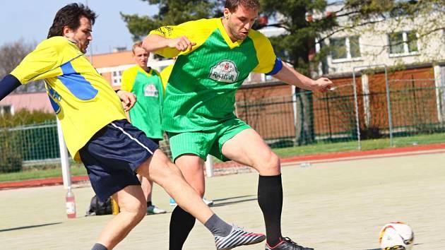 Ligové zápasy svádí proti sobě zkušené harcovníky s mladíky, bývalé i současné fotbalisty, či úplné amatéry.
