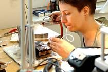 """""""Nechala jsem si od zlatnice v Chebu vyrobit náušnice a její práce mě nadchla. Najednou jsem věděla, že přesně to chci dělat,"""" říká bystřická zlatnice Veronika Kolmanová."""