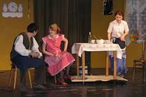 Převážně dětské publikum se smálo a tleskalo při včerejším odpoledním představení Pohádkářů Bohdalov. Ti dětem zahráli Ženicha pro čertici.