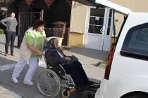 Nové vozidlo umožňuje pečovatelkám lepší manipulaci při nakládání klientů na kolečkovém křesle při cestě k lékaři.