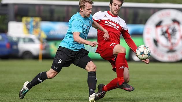 Fotbalisté Bystřice (v červeném), ilustrační foto