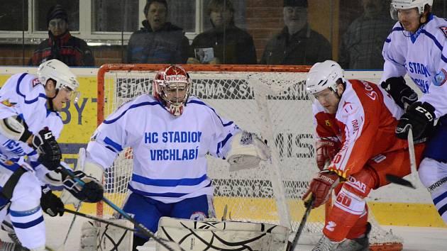 Žďárský Petr Štěpánek (v červeném) proti Vrchlabí zařídil druhý gól, na první navíc nahrál.