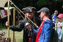 Na Zubštejně si malí i velcí mohli prohlédnout a vyzkoušet historické zbraně.