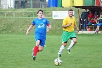 Kdyby hráči Radešínské Svratky (v modrém Martin Mužátko) proměnili v souboji s Novými Syrovicemi jen polovinu šancí, nemuseli se o výhru strachovat.