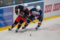 Hokejisté Žďáru (v černých dresech) doma na úvod sezony zdolali nebezpečnou Opavu těsně 2:1.