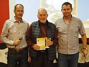 Do síně slávy byl uveden Ivan Chalupa (uprostřed), jemuž bezprostředně gratulovali Leoš Chalupa (vlevo) a David Odvárka.