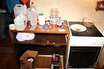 Při šetření případu byla policií zajištěna kompletní varna včetně chemikálií a laboratorního skla. Muž byl již za drogovou trestnou činnost trestán třikrát.
