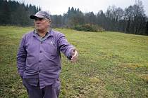 Na snímku je agronom Bonaventura Zástěra. Ten nastínil způsob, jak zamezit dalšímu zneužívání místa pro nepovolené skládkování.