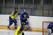 V sobotním 23. kole Krajské ligy hokejisté Velkého Meziříčí (v modrých dresech) v domácím prostředí naplno bodovali.