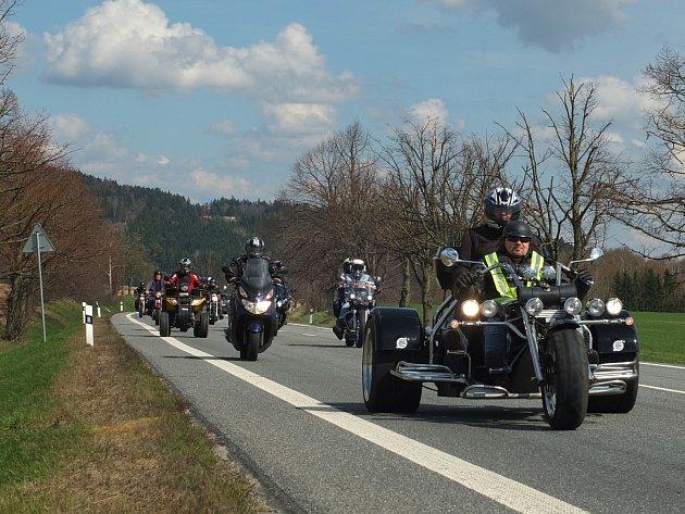 VIDEO: Do Žďáru se sjely stovky motorkářů, společně otevřely silnice
