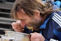 Soustředěný výkon podal Kamil Hamerský v jedení hrachové kaše na čas. Dvoukilovou porci zvládl nejrychleji ze soutěžících jedlíků a stal se prvním českým rekordmanem v této disciplíně.