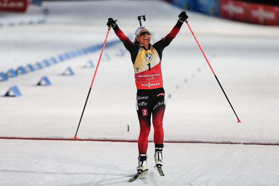 Vítězka Tiril Eckhoffová po dojezdu do cíle v závodu Světového poháru v biatlonu - stíhací závod žen na 10 km.