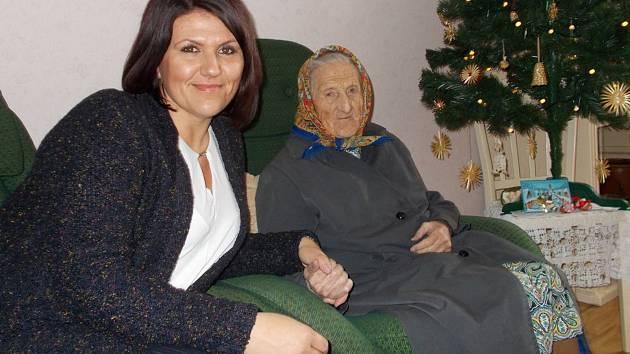 Ředitelka Charitního domu Moravec Petra Řezáčová s klientkou.