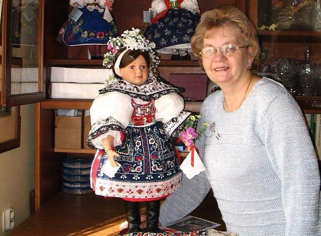 Marie Žilová se svou dcerou Evou Jurmanovou z Nového Veselí už do lidových krojů oblékly sedmapadesát panenek.