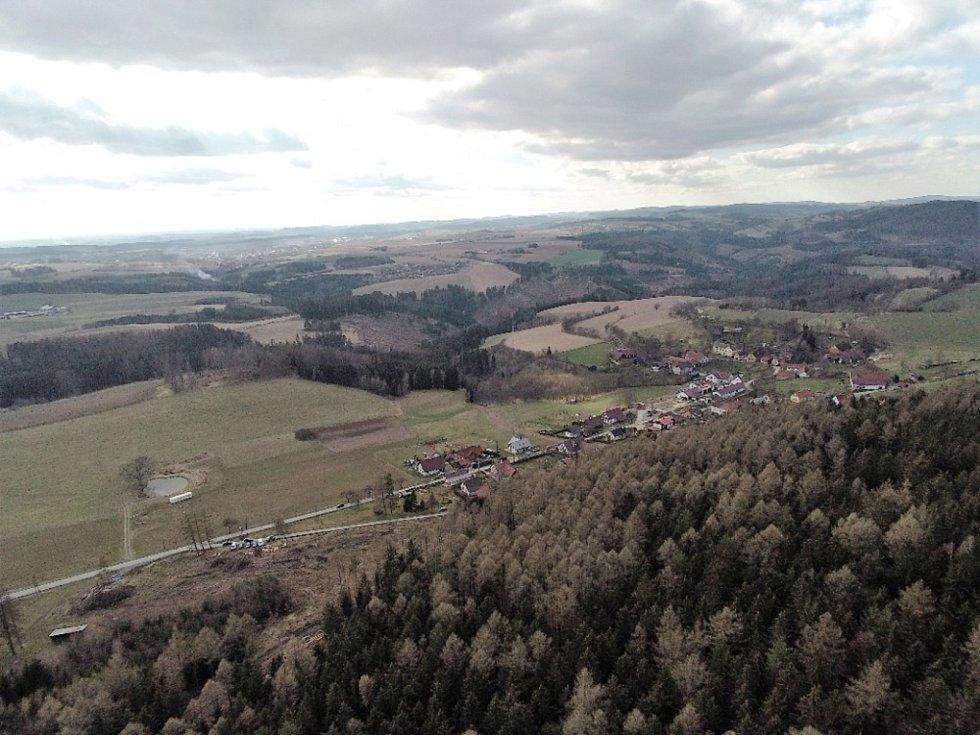 Podívejte se na krásné výhledy na hrad Zubštejn a okolí z ptačí perspektivy.
