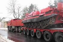 Přeprava vyprošťovacího tanku a zásahy hasičů.