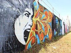 Malbu na venkovní zdi nedaleko silnice I/37 si vyzkoušely studentky Gymnázia Žďár nad Sázavou. V rámci školní akce se šestice vybraných gymnazistek vypravila začátkem června společně s vyučujícím do okrajové části města, konkrétně do Santiniho ulice. Zeď
