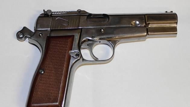 S touto zbraní přepadli mladíci poslíčka s pizzou, kterého okradli o firemní peníze a mobily.