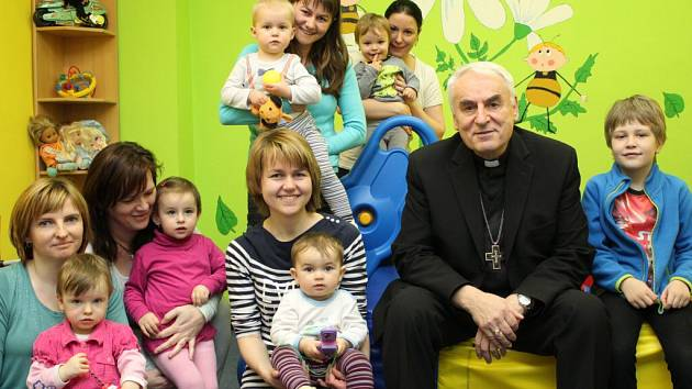 Brněnský biskup Vojtěch Cikrle se setkal s uživateli a pracovníky charitních zařízení ve žďárském okrese.
