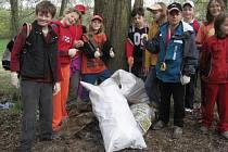 Bítešští školáci v rámci Dne Země čistili okolí města od odpadků.